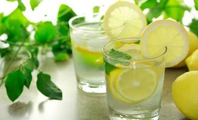 beneficios de beber agua tibia con limón