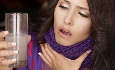 Gárgaras de agua y sal para el dolor de garganta