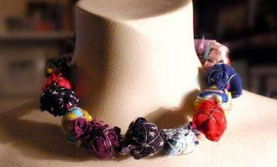 Cómo hacer un collar con bolas de tela