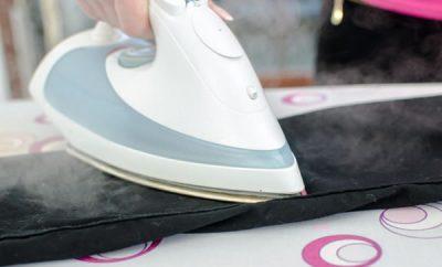 Cómo quitar el brillo de la ropa negra por la plancha
