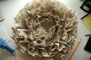 corona-de-navidad-con-papel-periodico