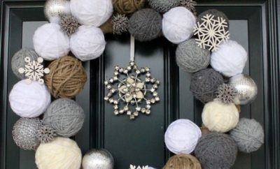 Corona de navidad con ovillos de lana